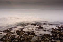 Скалистый пляж берега стоковые изображения rf