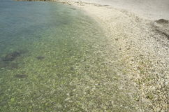 Скалистый пляж в Podstrana, Хорватии Стоковые Фото