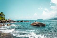 Скалистый пляж на красивом острове (Ilhabela) в Сан Paulo (PA São стоковые фото