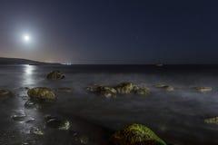 Скалистый пляж на ноче Стоковые Фото