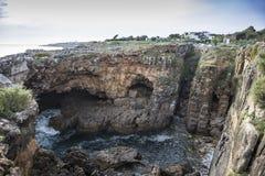 Скалистый пляж рта ада, cascais Португалии стоковая фотография rf