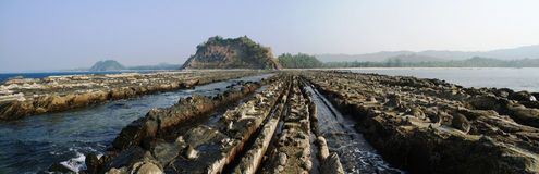 Скалистый пляж Ngapali берега стоковое изображение rf