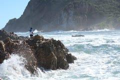 Скалистый рыболов берега Стоковые Фотографии RF