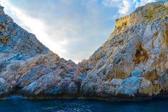 Скалистый скачком наклон горы стоковое изображение rf