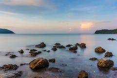 Скалистый Seascape восхода солнца Стоковое фото RF