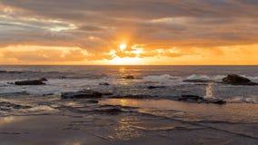 Скалистый Seascape восхода солнца Стоковая Фотография RF