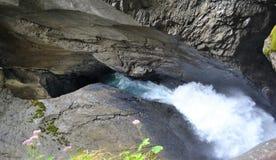 Скалистым гора высекаенная водопадом Стоковые Фотографии RF
