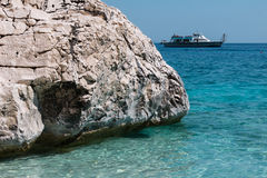 Скалы в острове Сардинии около моря бирюзы, Италии Стоковая Фотография