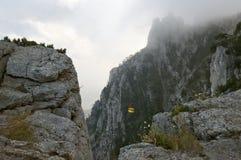 Скалы в тумане стоковое фото