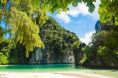 Скалы известняка джунглей вокруг острова Leh Phi-Phi с автостоянкой туристской шлюпки стоковые изображения