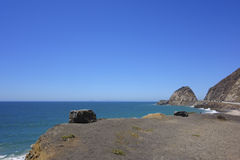 Скалы и утесы на побережье океана, пункте Mugu, CA Стоковая Фотография