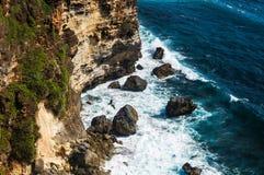 Скалы и утесы около виска Uluwatu на Бали, Индонезии Стоковые Изображения