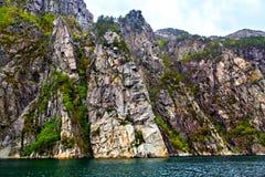 Скалы как твердая стена между морем и небом Стоковые Изображения RF