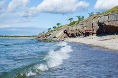 Скалы падали вниз побережьем Стоковые Фото