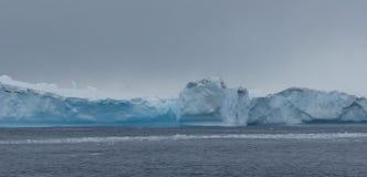Скалы льда и порывистый лед, Антарктика Стоковое фото RF