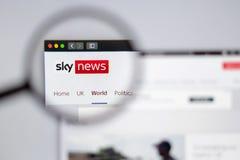 Сквозное логотипа канала Sky News видимое лупа стоковые фото