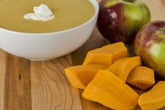 Сквош и яблоки Butternut используемые для того чтобы сделать суп Стоковые Изображения RF