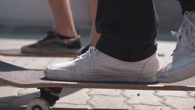 Скейтбордисты на улице сток-видео