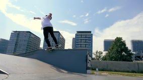 Скейтбордист делает фокус outdoors акции видеоматериалы
