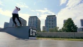 Скейтбордист делает фокус outdoors сток-видео