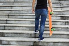 Скейтбордист идя вверх с скейтбордом Стоковая Фотография RF