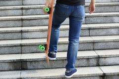 Скейтбордист идя вверх с скейтбордом Стоковое фото RF