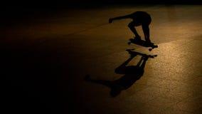 Скейтбордист на ноче стоковое изображение rf