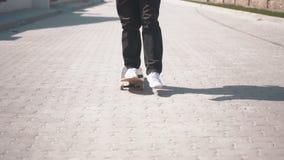 Скейтбордист на улице видеоматериал