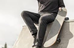 Скейтбордист отдыхая на skatepark Стоковое Фото