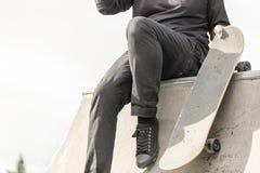 Скейтбордист отдыхая на skatepark Стоковое Изображение