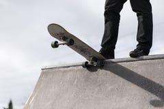 Скейтбордист падая в skatepark Стоковые Изображения RF