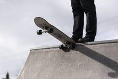 Скейтбордист падая в skatepark Стоковое Изображение