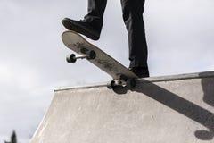 Скейтбордист падая в skatepark Стоковая Фотография RF