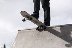Скейтбордист падая в skatepark Стоковые Фотографии RF