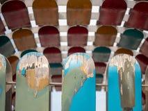 Скейтборды выдержанные и шелушение установили на рельсе на солнечном d стоковые изображения