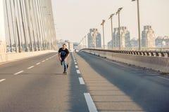 Скейтбордист ехать конек над мостом дороги города Бесплатный проезд s Стоковые Фотографии RF