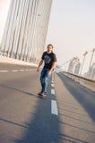 Скейтбордист ехать конек над мостом дороги города Бесплатный проезд s Стоковое Фото