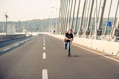 Скейтбордист ехать конек над мостом дороги города Бесплатный проезд s Стоковое фото RF