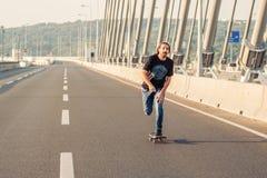 Скейтбордист ехать конек над мостом дороги города Бесплатный проезд s Стоковое Изображение RF