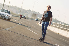 Скейтбордист ехать конек над мостом дороги города Бесплатный проезд s Стоковое Изображение