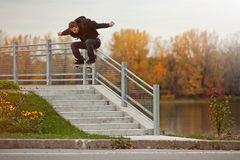 Скейтбордист делая Ollie вниз с лестниц Стоковая Фотография
