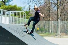 Скейтбордист на пандусе конька Стоковое Изображение