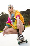 Скейтборд катания девушки Стоковое Фото