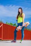 Скейтборд катания конькобежца девочка-подростка на улице Стоковая Фотография RF