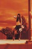 Скейтборд катания конькобежца девочка-подростка на улице Стоковое Изображение RF