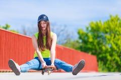 Скейтборд катания конькобежца девочка-подростка на улице Стоковое фото RF