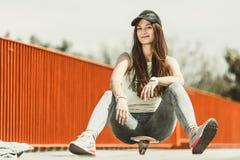 Скейтборд катания конькобежца девочка-подростка на улице Стоковые Фотографии RF