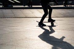 Скейтборд силуэта стоковые фото