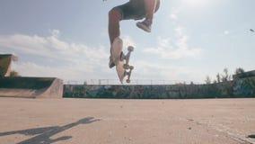 Скейтборд терпит неудачу Скейтбордист skateboarding и падая вниз делающ фокусы в улице движение медленное акции видеоматериалы