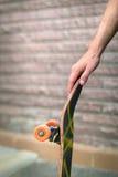 Скейтборд whith руки скейтбордистов Стоковая Фотография